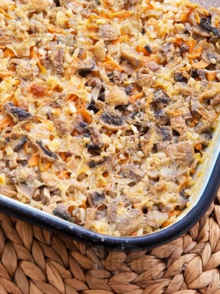 Печени гъби с ориз, моркови и праз лук в тава на фурна - снимка на рецептата